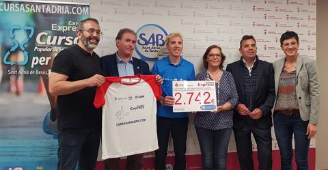 Delivery of the charitable check Cursa Correos Express Sant Adrià de Besòs