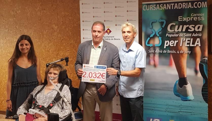 L'alcalde, Joan Callau, i José Luís Blanco, organitzador de la Cursa Popular Correos Express, entreguen un xec de donatiu a la Fundació Miquel Valls i a la Plataforma d'Afectats per l'ELA.